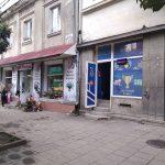 З декількох магазинів в історичній частині міста примусово демонтують рекламні вивіски