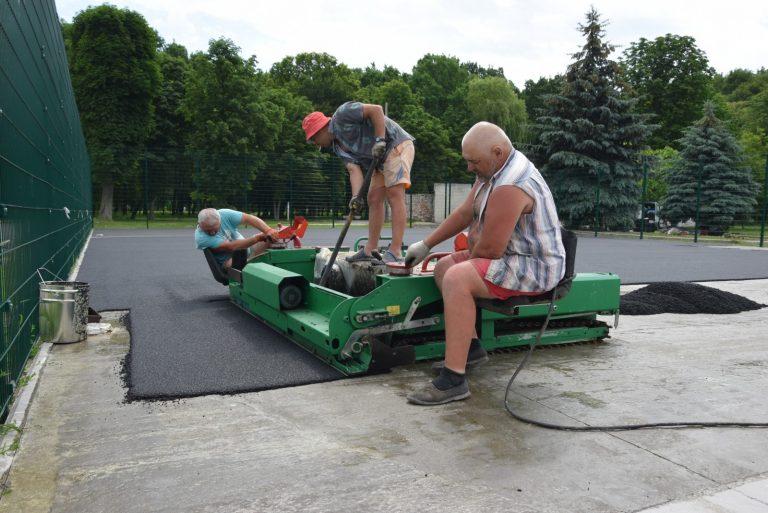 У Чорткові триває будівництво багатофункціонального спортивного майданчика