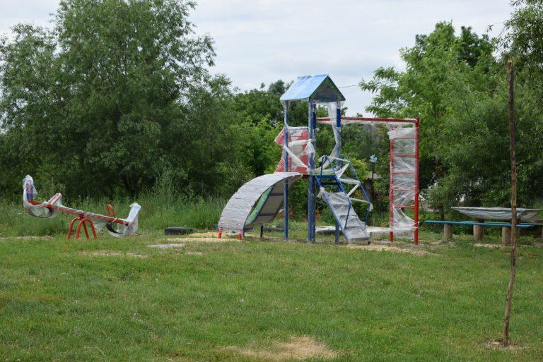 Встановлення дитячих майданчиків у Чорткові триває!