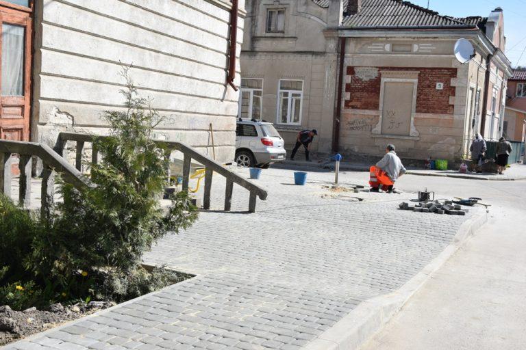 У Чорткові будують нові тротуари